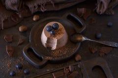 O cotta de Panna do chocolate com mirtilos é uma sobremesa italiana do creme abrandado engrossado com gelatina e moldado imagens de stock royalty free