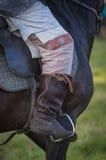 O couro de sela da bota do pé do cavaleiro do cavalo detalha o close up Fotos de Stock Royalty Free