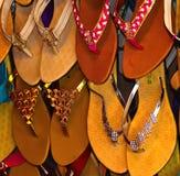 O couro fez a fotografia do fundo das sandálias Imagem de Stock