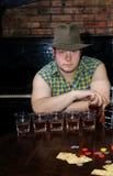 O cowboy atrás de uma tabela de cartão Foto de Stock Royalty Free