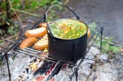 O cozimento da sopa no fogo foto de stock