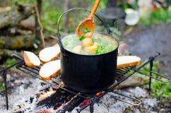 O cozimento da sopa no fogo fotografia de stock