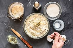 O cozimento do russo torna côncavas panquecas: ovos, leite, farinha, manteiga, sal Mão que agita a massa fotos de stock royalty free