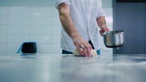 O cozinheiro é amassa a massa na tabela filme