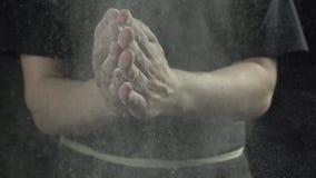 O cozinheiro aplaude as mãos com farinha no movimento lento da cozinha video estoque