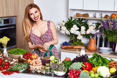 O cozinheiro bonito da dona de casa da mulher prepara-se no alimento da cozinha, delicioso Imagem de Stock Royalty Free