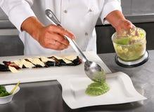 O cozinheiro chefe adiciona o molho Imagens de Stock Royalty Free