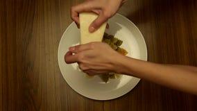 O cozinheiro chefe adiciona o queijo na massa vídeos de arquivo