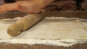 O cozinheiro chefe amassa a massa cozinhar Farinha baking Processo de cozimento vídeos de arquivo