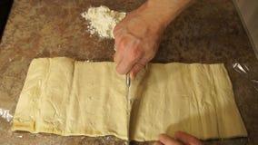 O cozinheiro chefe amassa a massa cozinhar Farinha baking Processo de cozimento filme