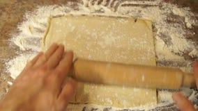 O cozinheiro chefe amassa a massa cozinhar Farinha baking Processo de cozimento video estoque