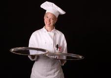 O cozinheiro chefe apresenta as bandejas de prata Fotografia de Stock Royalty Free
