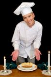 O cozinheiro chefe apresenta a sobremesa de Brule Fotos de Stock