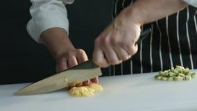 O cozinheiro chefe corta belamente em uma placa uma manga madura vídeos de arquivo
