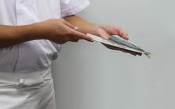 O cozinheiro chefe corta os peixes em partes de sushi Foto de Stock Royalty Free