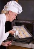 O cozinheiro chefe da pastelaria inspeciona bolinhos Fotos de Stock Royalty Free