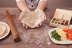 O cozinheiro chefe das mãos esculpe a pastelaria para tacos Fotografia de Stock Royalty Free