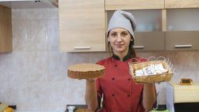 O cozinheiro chefe de pastelaria executa skillfully a ordem do feriado video estoque