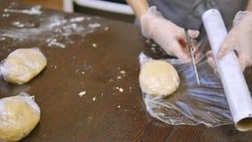 O cozinheiro chefe de pastelaria executa skillfully a ordem do feriado filme