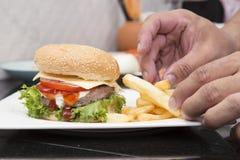 O cozinheiro chefe decorou o Hamburger e os franceses Freid Imagens de Stock