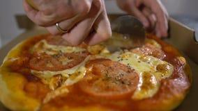 O cozinheiro chefe do homem corta o close up quente e delicioso de dar água na boca da pizza video estoque