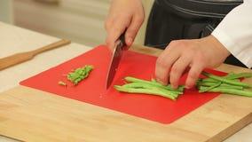 O cozinheiro chefe está cortando feijões verdes filme