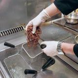 O cozinheiro chefe está cozinhando a massa do centeio Imagens de Stock
