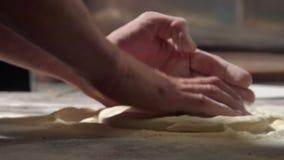 O cozinheiro chefe está fazendo a massa para a pizza filme