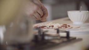 O cozinheiro chefe está fazendo uma pizza video estoque