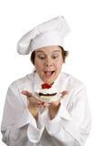O cozinheiro chefe excitou sobre a sobremesa Fotos de Stock