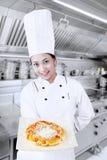 O cozinheiro chefe cozinha a pizza Imagem de Stock
