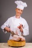 O cozinheiro chefe fabrica uma galinha Fotografia de Stock