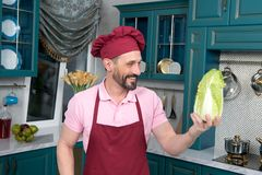 O cozinheiro chefe fala aos vegetais Homem muito feliz que guarda a couve chinesa fresca Cozinheiro com sorriso e o pakchoi grand Imagens de Stock