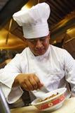 O cozinheiro chefe faz o toque final Fotografia de Stock Royalty Free