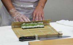 O cozinheiro chefe faz os rolos finos (7) Imagens de Stock Royalty Free