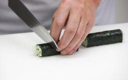 O cozinheiro chefe faz os rolos finos (15) Imagens de Stock