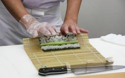 O cozinheiro chefe faz os rolos finos (5) Imagens de Stock Royalty Free