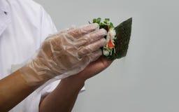 O cozinheiro chefe faz os rolos japoneses tradicionais (12) Imagem de Stock Royalty Free