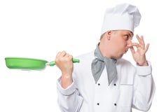 O cozinheiro chefe gerencie afastado seu nariz do cheiro mau da frigideira Fotos de Stock