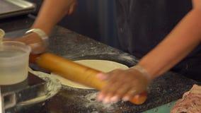 O cozinheiro chefe indiano prepara o alimento indiano pão indiano naan e roti no forno vídeos de arquivo