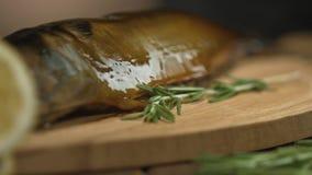 O cozinheiro chefe mancha peixes fumado com o óleo antes de servir Restaurante ou cozinha do café video estoque