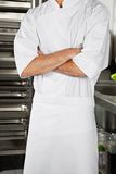 O cozinheiro chefe masculino Standing With Arms cruzou-se Imagem de Stock Royalty Free