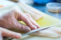 O cozinheiro chefe prepara o sashimi Fotografia de Stock Royalty Free