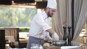 O cozinheiro chefe prepara os gras do foie video estoque