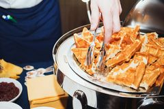O cozinheiro chefe prepara os waffles da sobremesa fotografia de stock royalty free