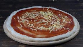 O cozinheiro chefe prepara a pizza na cozinha aberta do restaurante da pizza, close up, macro filme