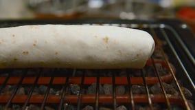 O cozinheiro chefe prepara uma tortilha roasters Fim acima video estoque