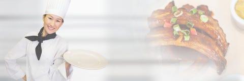 O cozinheiro chefe que guarda a placa com carne marca a transição Imagem de Stock