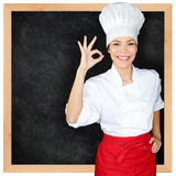 O cozinheiro chefe que mostram o quadro-negro do menu e a mão perfeita assinam Imagens de Stock Royalty Free