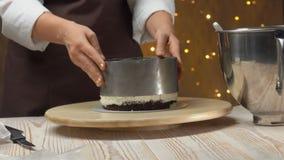 O cozinheiro chefe remove um molde de metal de um bolo com o souffle de queijo video estoque